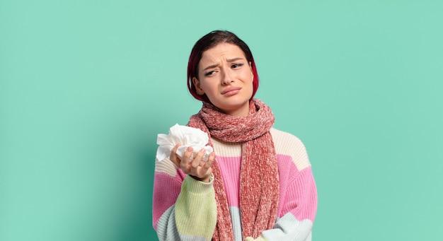 Rude włosy fajna chora kobieta. koncepcja grypy lub kaszlu