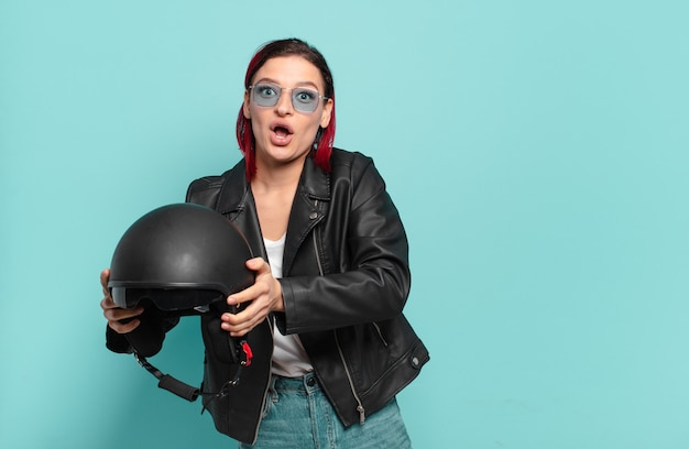 Rude włosy fajna kobieta motocykl jeździec koncepcja