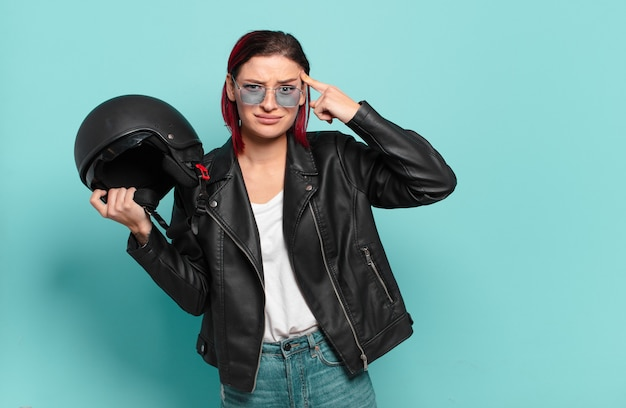 Rude włosy fajna kobieta motocyklista