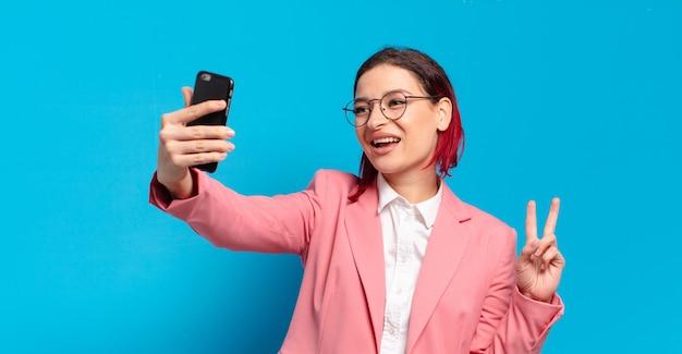 Rude włosy fajna kobieta z inteligentny telefon