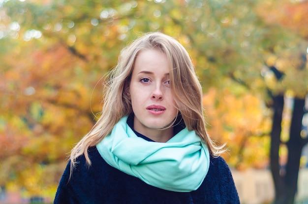 Rudowłosa dziewczyna z piegami i szelkami uśmiecha się radośnie. młoda imbirowa kobieta z szelkami do korekcji zgryzu.