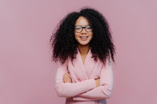 Rudowłosa kobieta nosi okulary optyczne