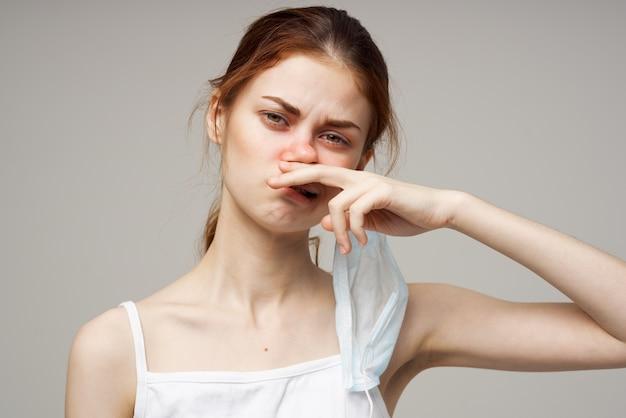 Rudowłosa kobieta w białej koszulce na jasnym tle szalika. zdjęcie wysokiej jakości