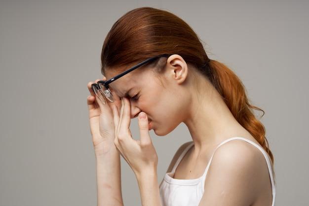 Rudowłosa kobieta z problemami ze wzrokiem w okularach, zmęczenie negatywne