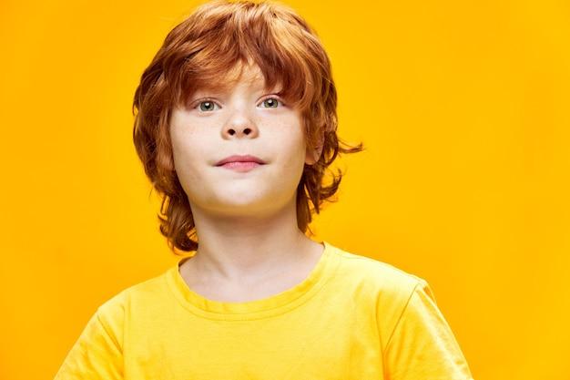 Rudowłosy chłopak przycięty widok zbliżenie emocje stylu życia