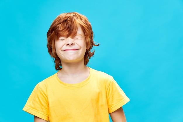 Rudowłosy chłopiec z zamkniętymi oczami