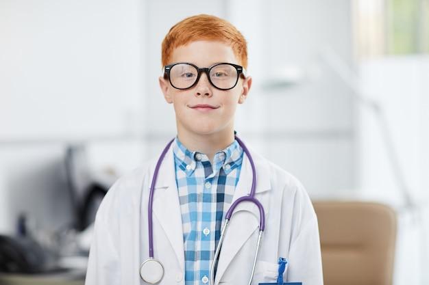 Rudowłosy mały doktor