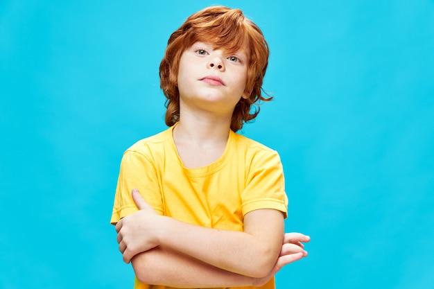 Rudy chłopak w żółtej koszulce