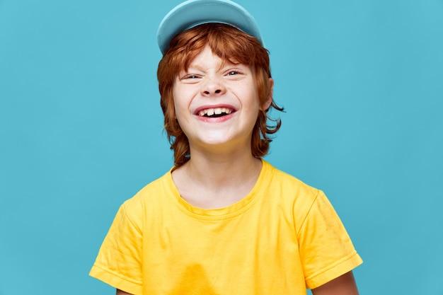 Rudy chłopiec zły śmiech niebieska czapka przycięty widok