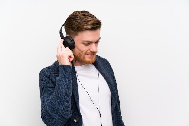 Rudy człowiek słuchania muzyki
