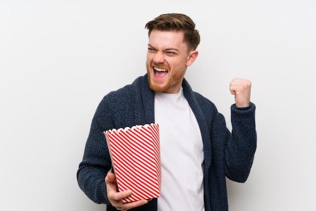 Rudy mężczyzna z popcornami