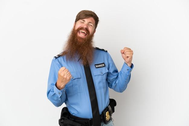 Rudy policjant na białym tle świętuje zwycięstwo