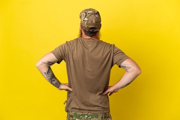Rudy wojskowy z nieśmiertelnikiem na białym tle na żółtym tle w pozycji tylnej