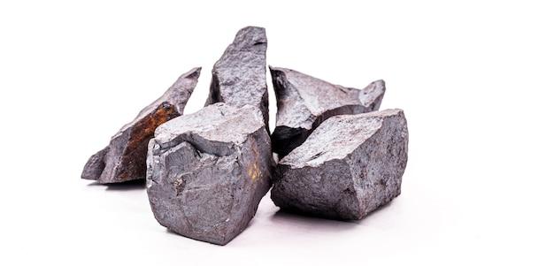 Rudy żelaza na na białym tle, metal używany w przemyśle metalurgicznym.