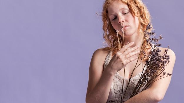 Rudzielec kobieta pozuje z lawendy i kopii przestrzenią