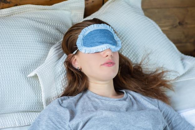 Rudzielec kobieta śpi w łóżku