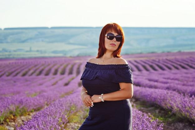 Rudzielec kobieta w lawendy polu