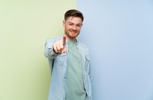 Rudzielec mężczyzna pokazuje palec i podnosi