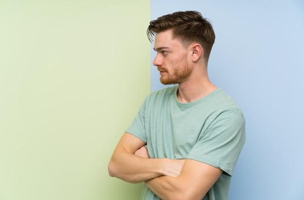 Rudzielec mężczyzna pozycja i przyglądająca strona