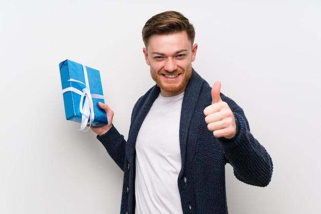 Rudzielec mężczyzna trzyma prezent