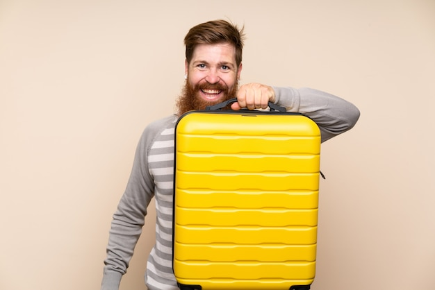 Rudzielec mężczyzna z długą brodą trzyma rocznik teczkę