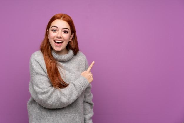 Rudzielec nastolatka kobieta wskazuje palec strona
