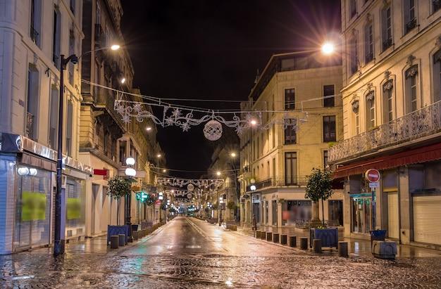 Rue de la republique z dekoracjami świątecznymi w awinionie