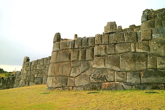 Ruiny antycznej inki ogromnej kamiennej ściany sacsayhuaman forteca, cuzco, peru