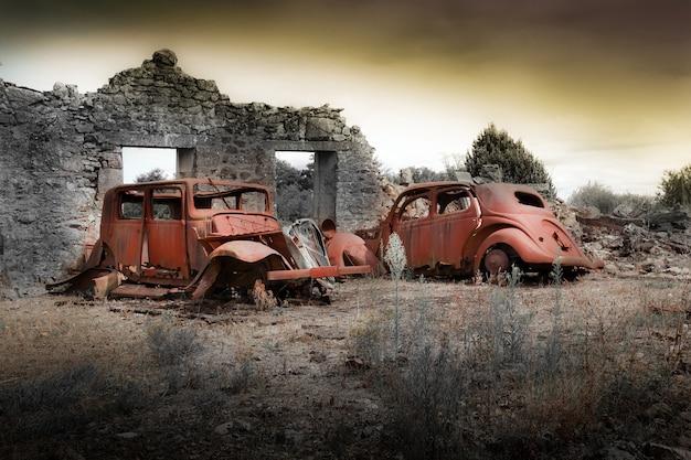 Ruiny domów zniszczonych bombardowaniem w czasie ii wojny światowej