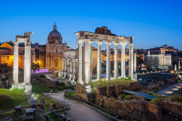 Ruiny forum romanum na wzgórzu capitolium w rzymie, włochy