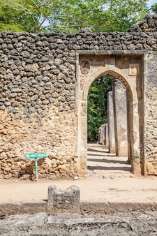 Ruiny gede w kenii to pozostałości po mieście suahili, typowym dla większości miast na wschodnioafrykańskim wybrzeżu