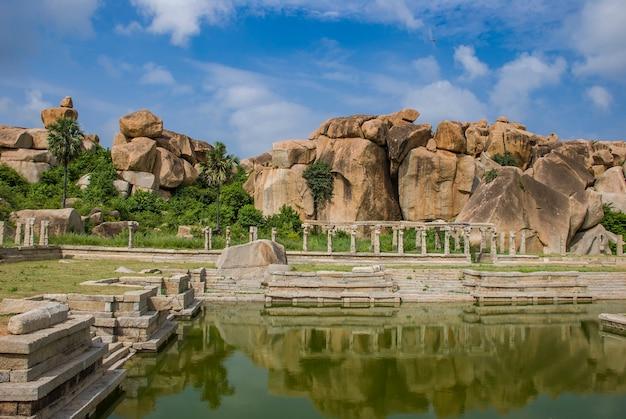Ruiny hampi, starożytnej stolicy imperium vijayanagar i jego pięknej przyrody i świątyń, w hampi, karnataka, indie