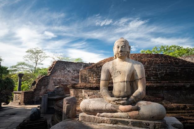 Ruiny historycznego posągu buddy i miasto w polonnaruwa, sri lanka