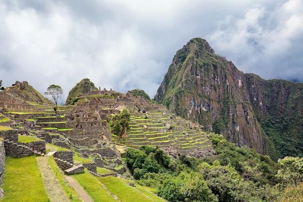Ruiny machu picchu i góra w chmurach święta dolina inków w peru