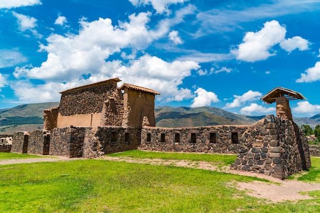 Ruiny magazynu w świątyni inków raqchi w regionie cusco w peru.
