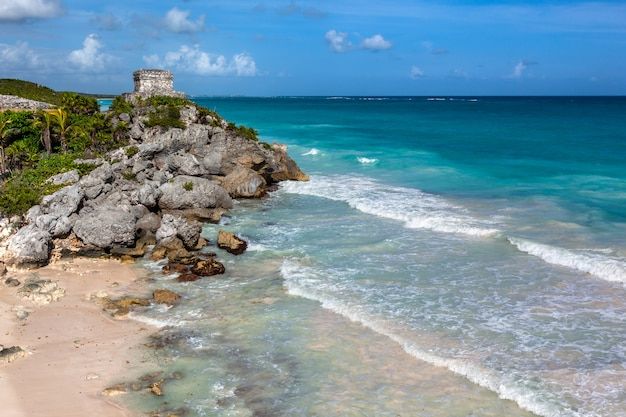 Ruiny majów tulum nad morzem karaibskim. meksyk quintana roo
