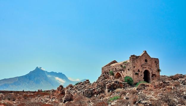 Ruiny na skale na tle gór. pojęcie podróży, turystyki.