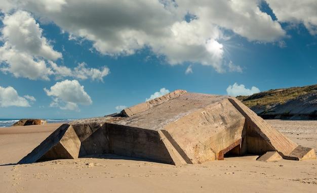Ruiny niemieckiego bunkra na plaży w normandii we francji