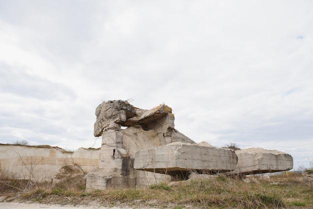 Ruiny niemieckiego bunkra na plaży w normandii