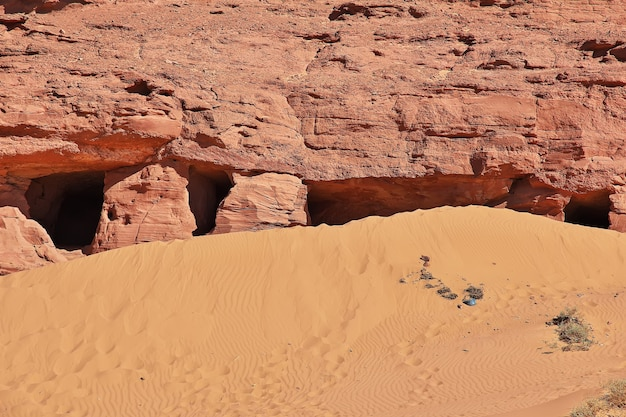 Ruiny opuszczonego miasta timimun na saharze w algierii