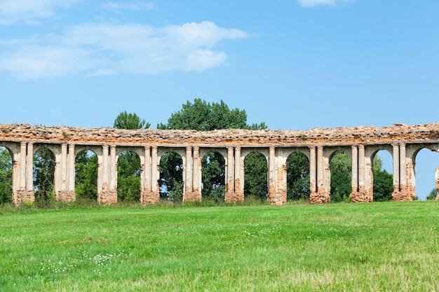 Ruiny przedstawiają starożytną fortecę z xvi wieku, położoną we wsi różana obwód grodzieński na białorusi, zrujnowany łuk na tle błękitnego nieba