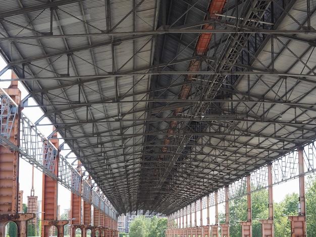 Ruiny przemysłowe parco dora w turynie