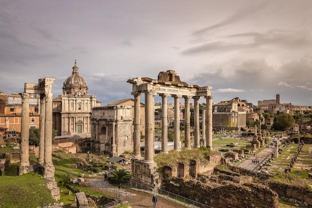 Ruiny rzymskiego forum na tle ponurego jesiennego nieba