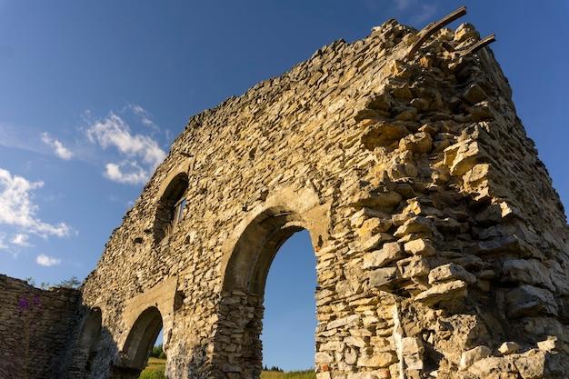 Ruiny sklepu starej fabryki z xix wieku wśród całkowicie nieistniejącej osady
