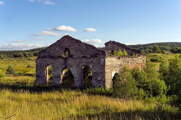 Ruiny starego kamiennego budynku (sklep fabryczny z xix wieku) w naturalnym krajobrazie