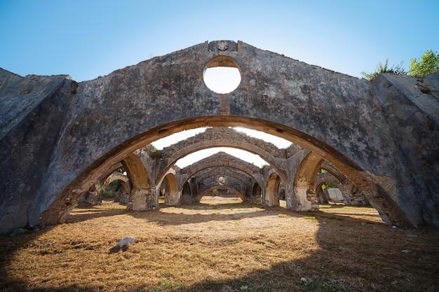 Ruiny starego weneckiego stoczni naprawy łodzi w gouvia, korfu. łuki doków.