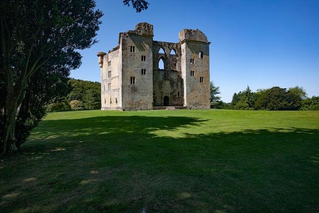 Ruiny starego zamku wardour, wiltshire, wielka brytania w ciągu dnia