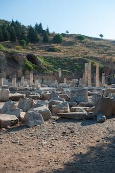 Ruiny starożytnego miasta efez, starożytnego greckiego miasta w turcji, w piękny letni dzień