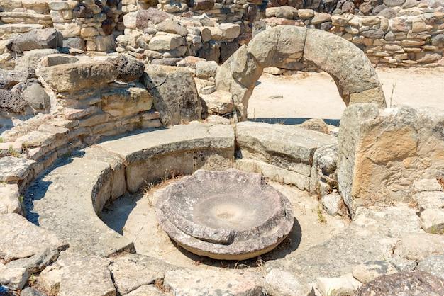 Ruiny starożytnego miasta. kultura nuraghe, sardynia, włochy