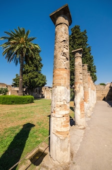 Ruiny starożytnego rzymskiego miasta pompeje, które zostało zniszczone przez wulkan, wezuwiusz
